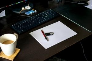 01-Kaffee-und-Zeichenblock-auf-Schreibtisch