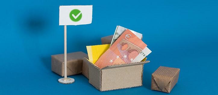 Geld im Karton