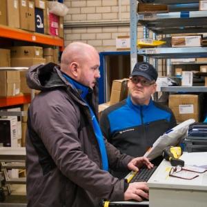 Simon Kühn und Rick Beltz beim Erfassen einer Sendung im System.