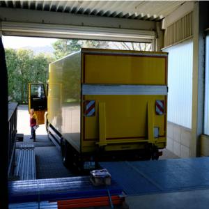 Paket-Anlieferung per LKW
