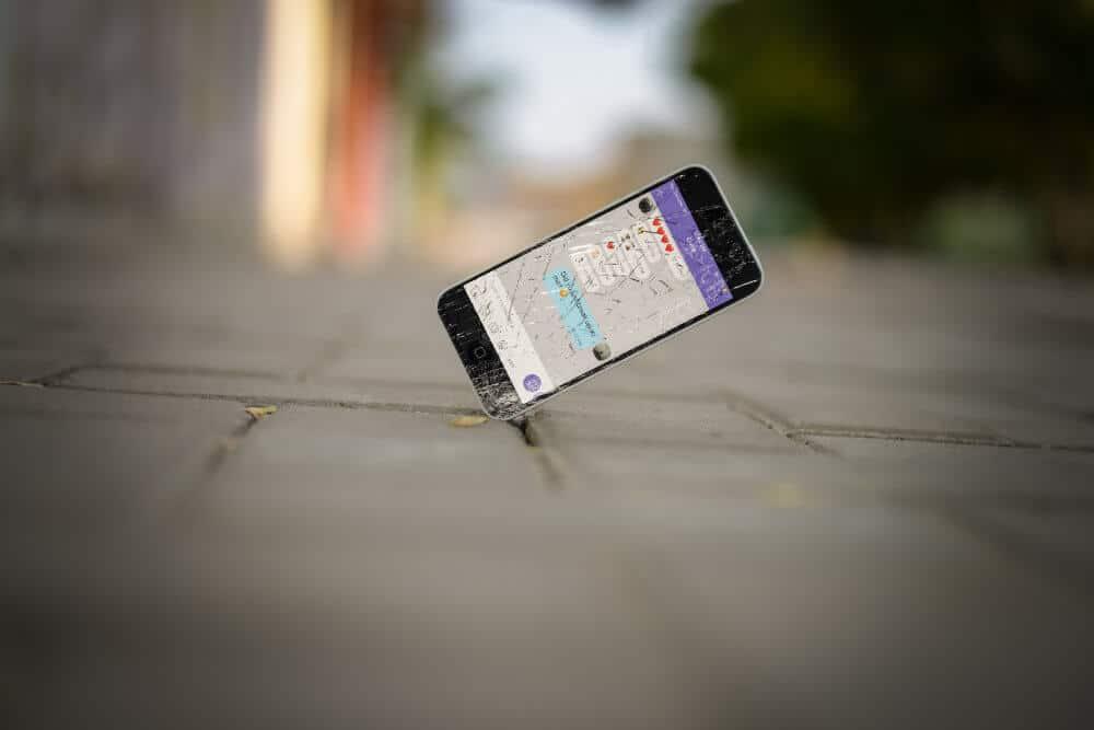 Smartphone-Display springt als es auf Boden kracht