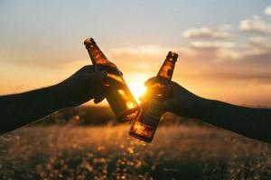 Bierflaschen anstoßen
