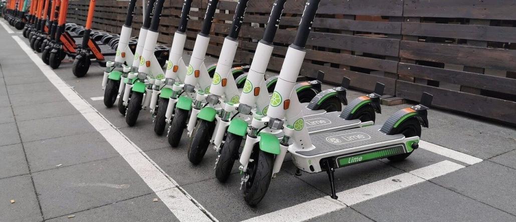 E-Scooter stehen in einer Reihe